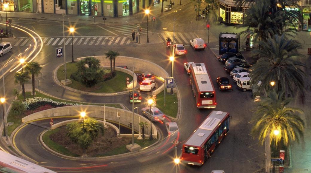 Plaza de la Reina das einen bei Nacht, Straßenszenen und moderne Architektur