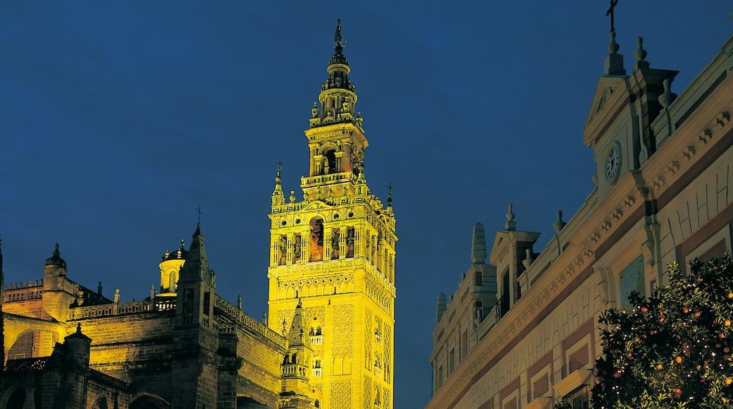 吉拉達塔 呈现出 夜景, 歷史建築 和 教堂或大教堂