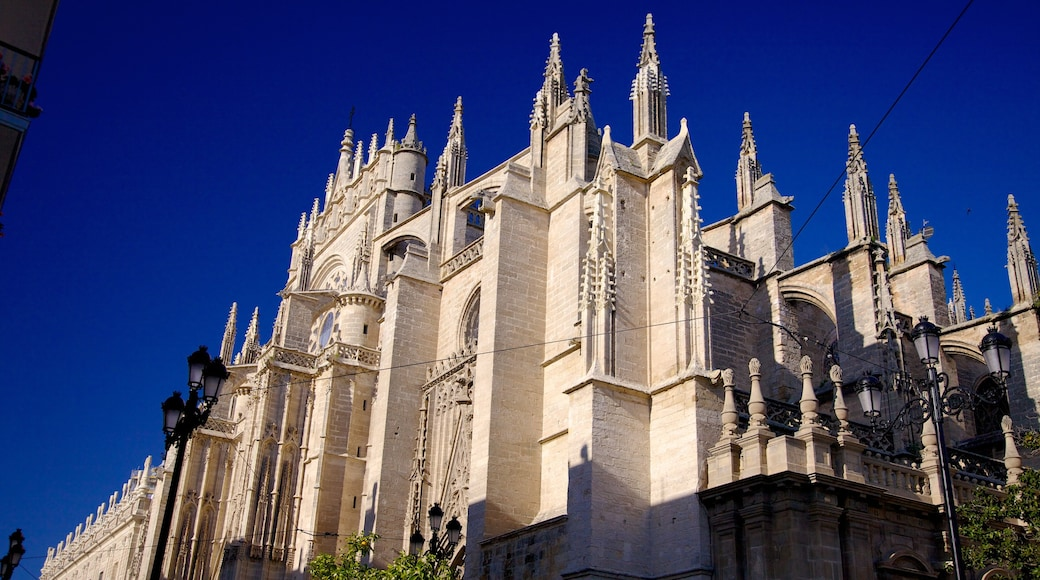 Alcázar johon kuuluu kirkko tai katedraali ja uskonnolliset aiheet