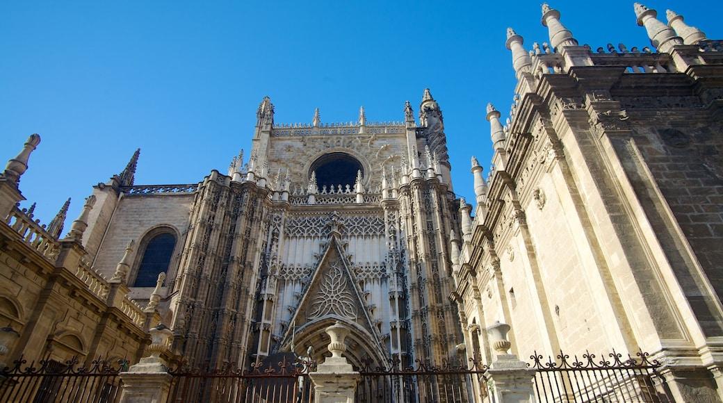 Alcázar ofreciendo una iglesia o catedral, horizonte urbano y arquitectura patrimonial