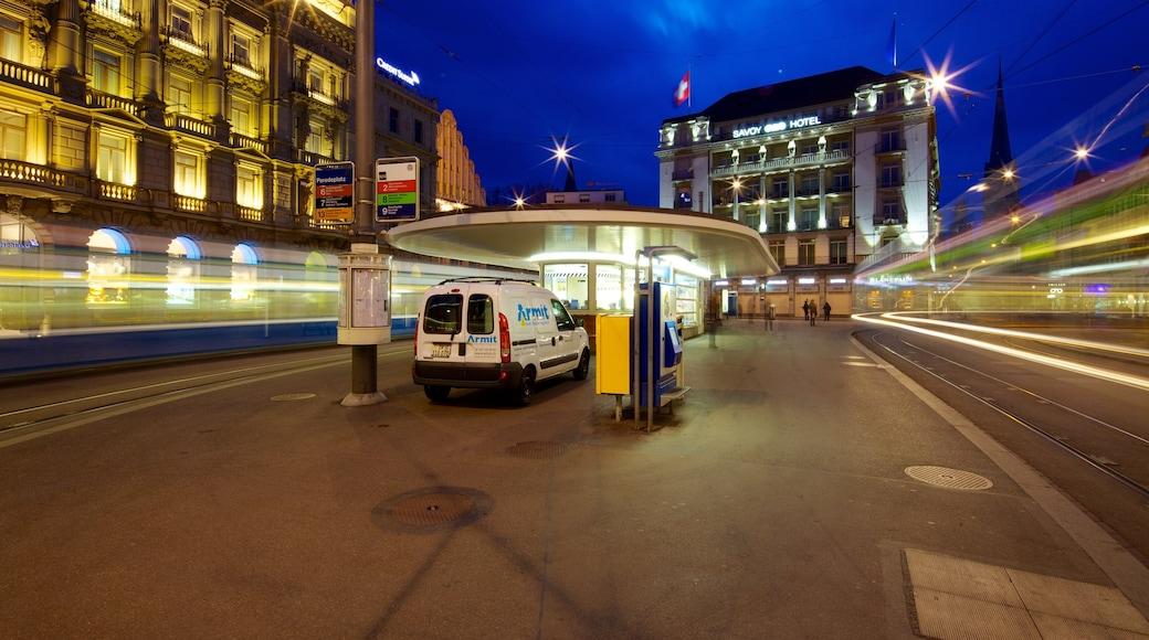 Bahnhofstrasse ofreciendo escenas nocturnas, una ciudad y arquitectura moderna