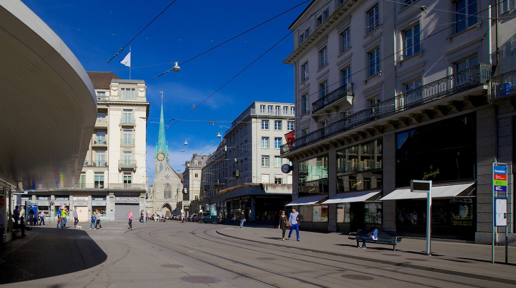 Paradeplatz welches beinhaltet Straßenszenen, Stadt und Kirche oder Kathedrale