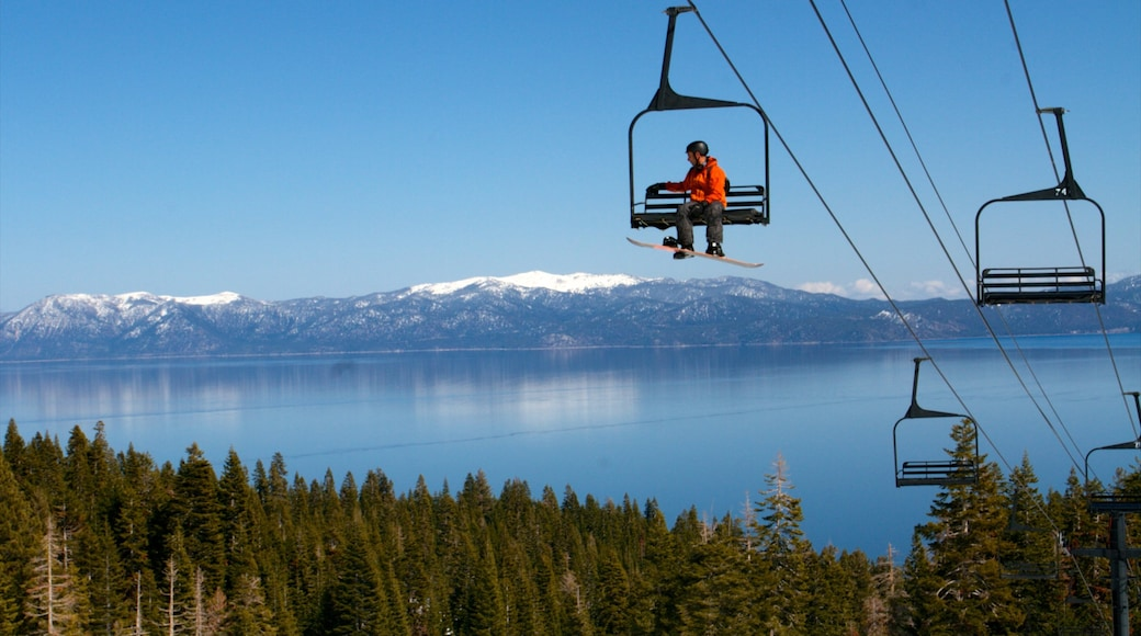 Homewood Mountain Resort showing snow skiing, landscape views and a gondola