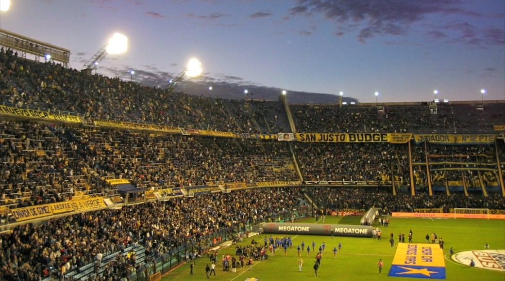 Buenos Aires que incluye un evento deportivo y escenas de noche y también un gran grupo de personas