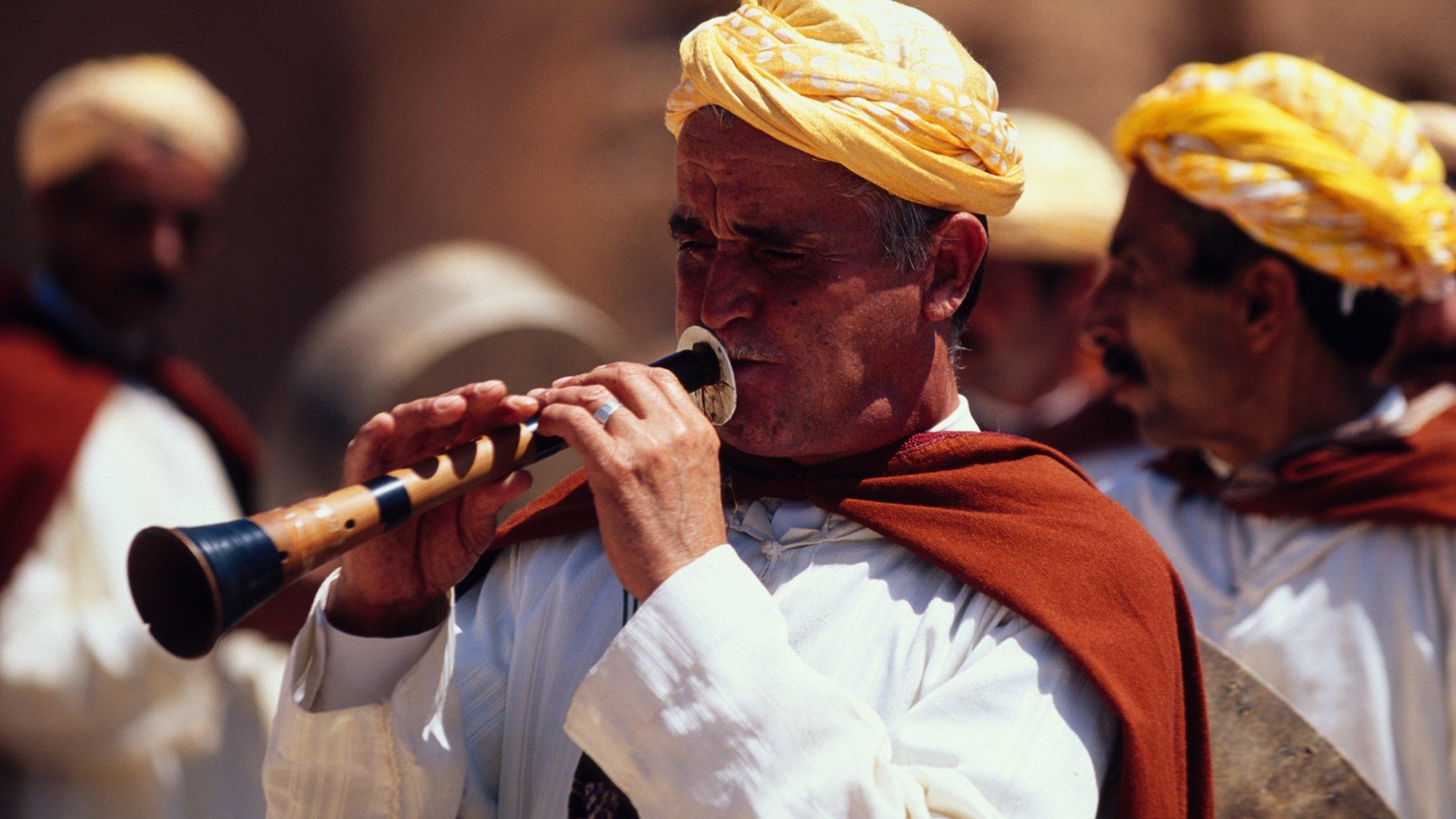 Marrakech ofreciendo arte escénica y también un pequeño grupo de personas