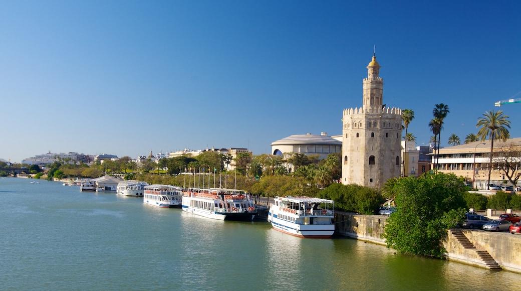 Sevilla que incluye una ciudad, arquitectura patrimonial y un puerto deportivo