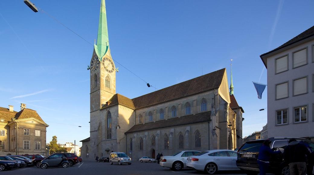 Fraumünsterin kirkko johon kuuluu kirkko tai katedraali, kaupunki ja vanha arkkitehtuuri