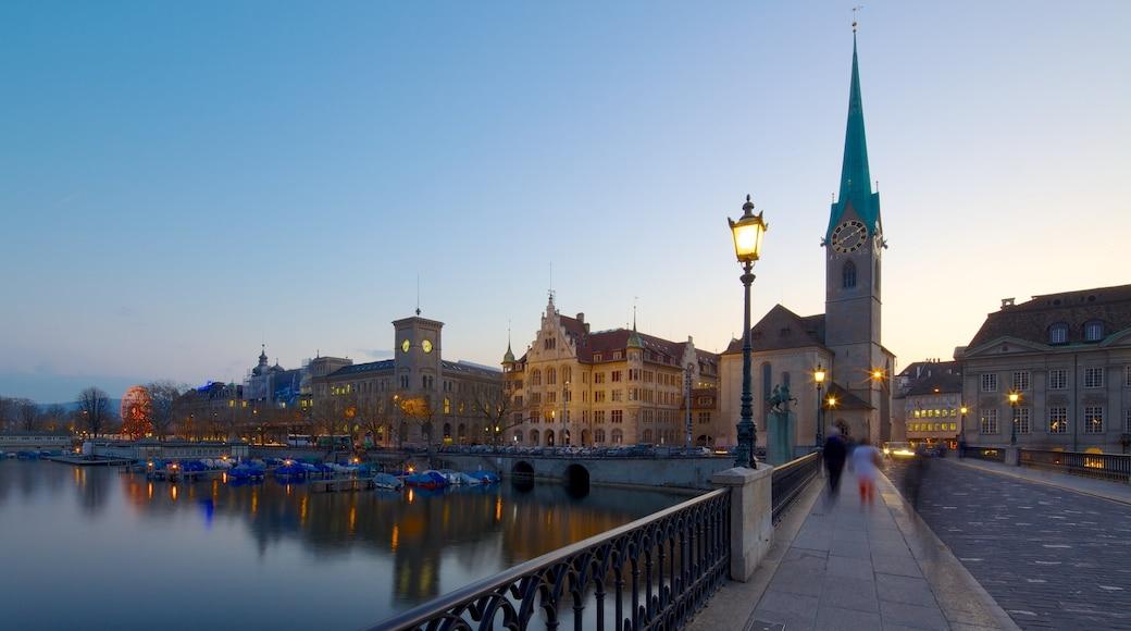 Fraumünsterin kirkko featuring katunäkymät, kaupunki ja vanha arkkitehtuuri