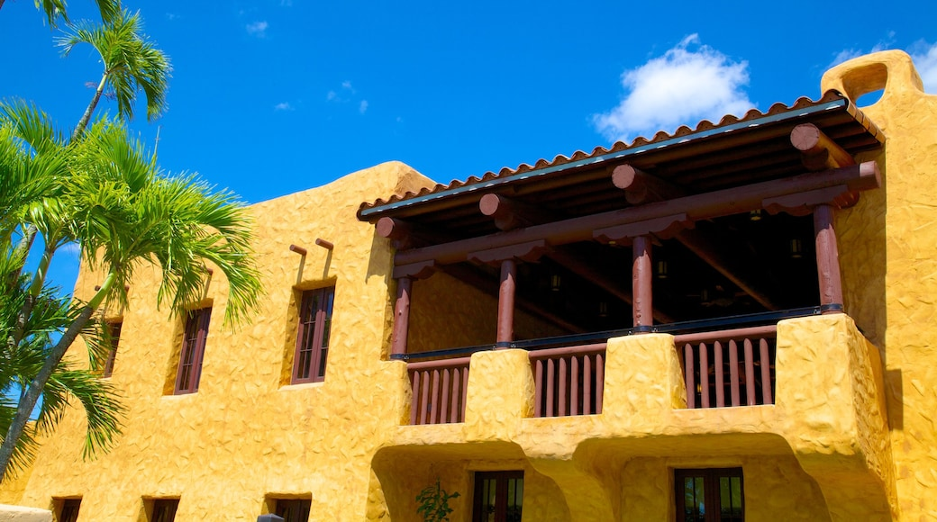Miami Springs inclusief een huis, historische architectuur en een klein stadje of dorpje