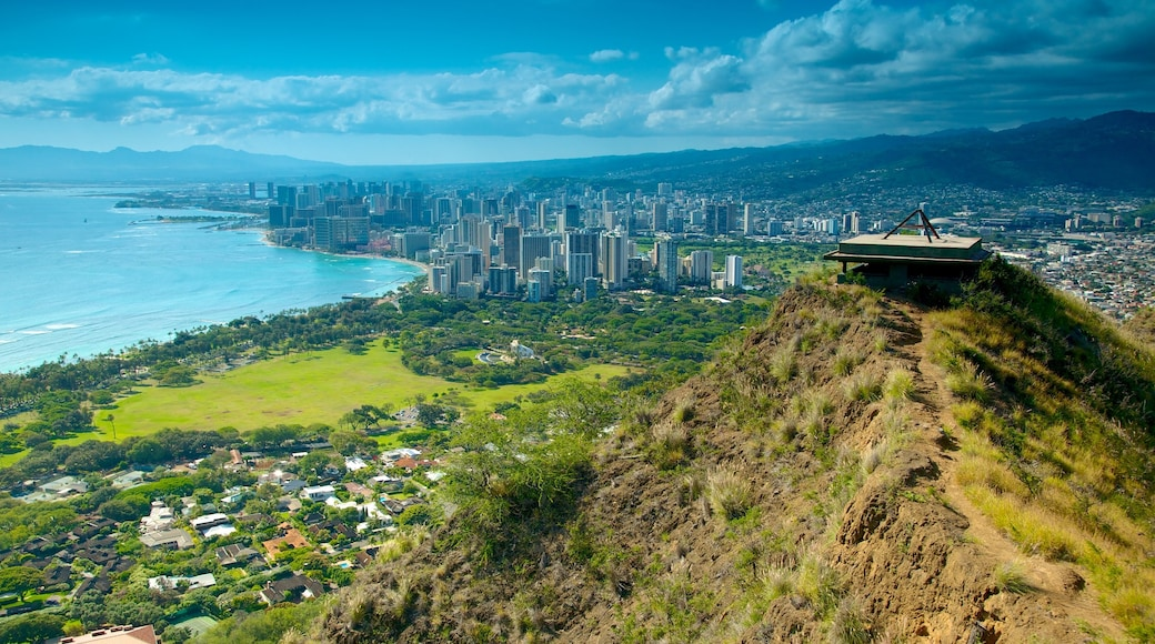 Diamond Head showing general coastal views and mountains