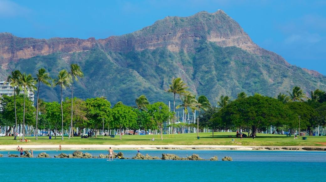 Ala Moana Beach Park showing mountains, a beach and tropical scenes
