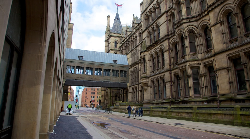 Municipio di Manchester caratteristiche di edificio amministrativo, architettura d\'epoca e strade