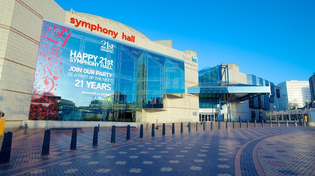 Symphony Hall som viser by, skilt og moderne arkitektur