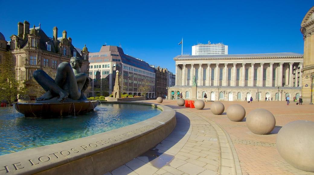Victoria Square som inkluderer statue eller skulptur, dam og by
