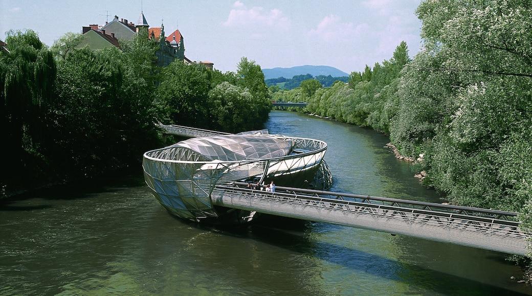 Graz und Umgebung mit einem Fluss oder Bach, moderne Architektur und Brücke