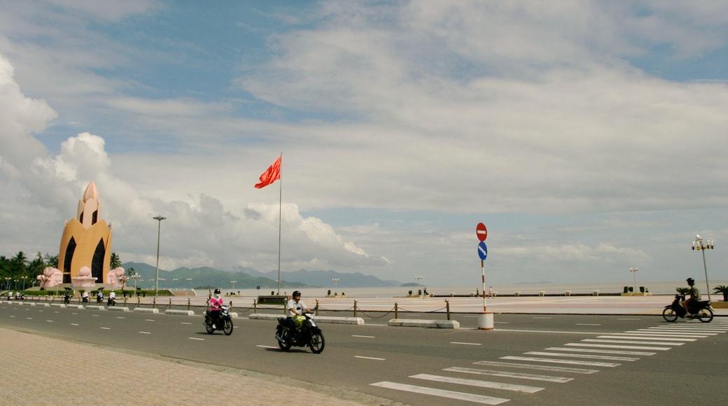 ญาจาง แสดง ขี่รถจักรยานยนต์, ภาพท้องถนน และ เมืองชายฝั่ง