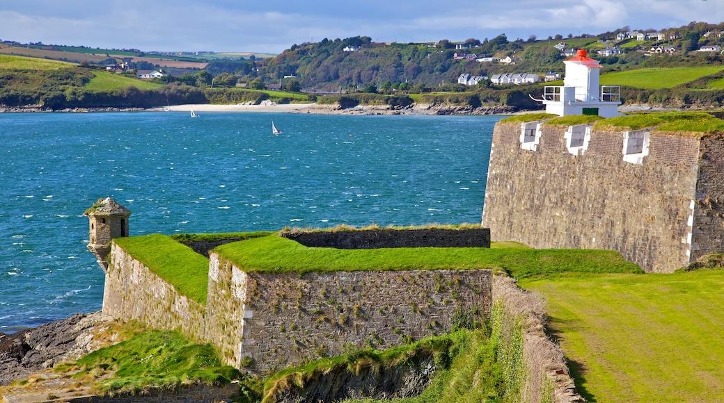 Cork que inclui paisagem, litoral acidentado e uma cidade litorânea