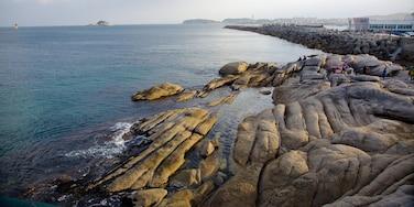 束草 呈现出 山水美景, 多岩石的海岸線 和 景觀