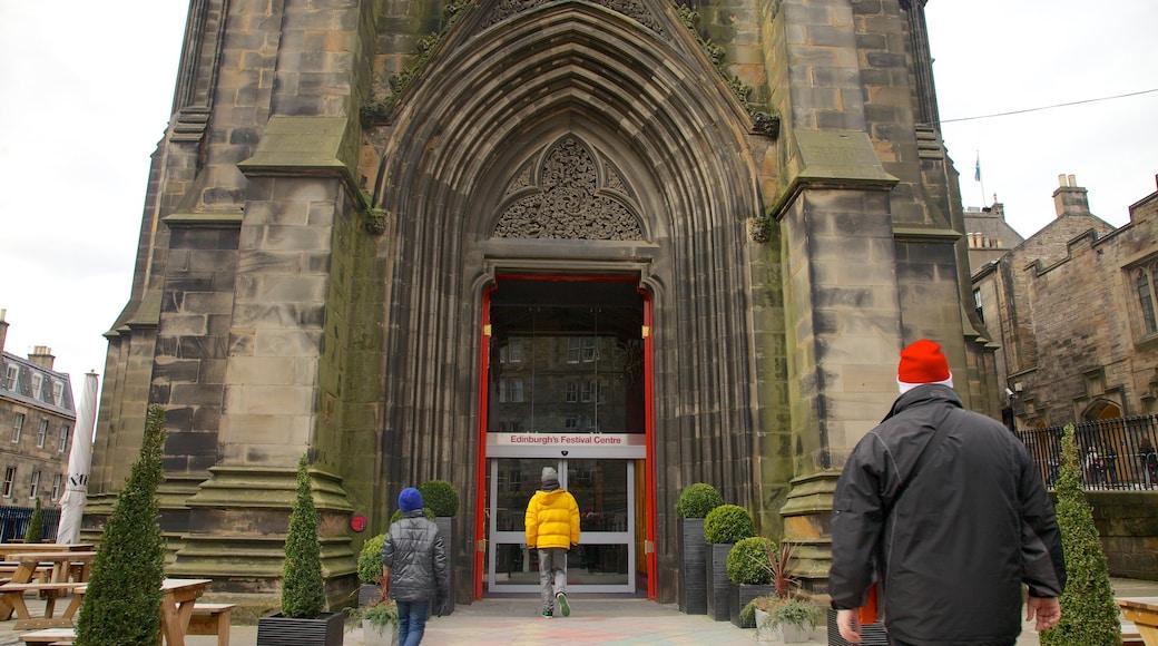 Royal Mile montrant patrimoine architectural et église ou cathédrale