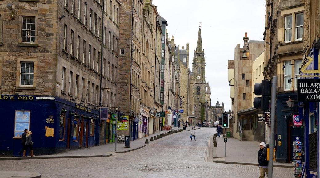 Royal Mile montrant patrimoine architectural, scènes de rue et ville