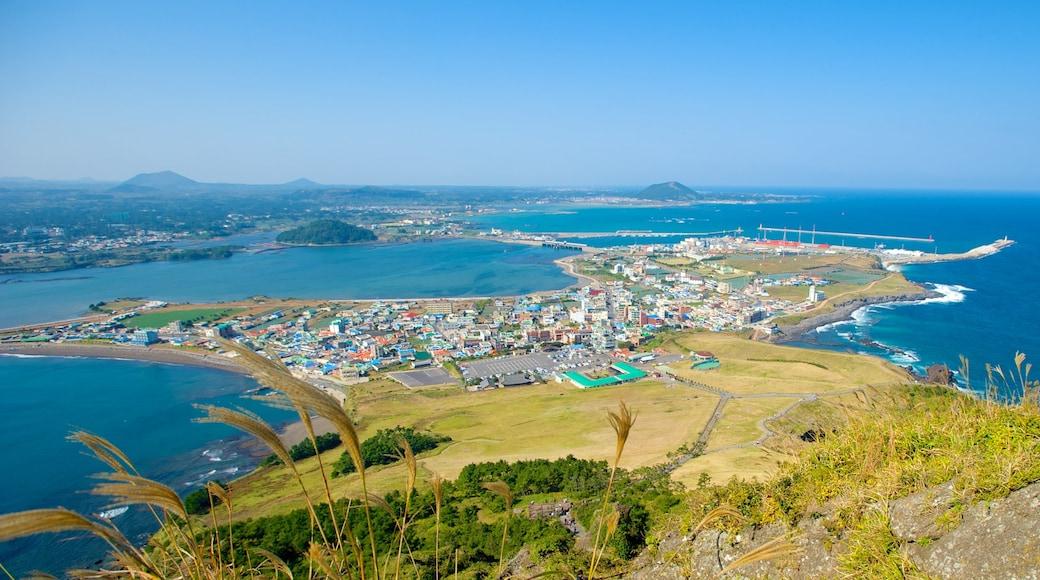 城山日出峰 其中包括 海邊城市, 山水美景 和 綜覽海岸風景