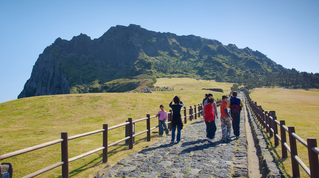 城山日出峰 呈现出 遠足或散步, 山 和 寧靜風景