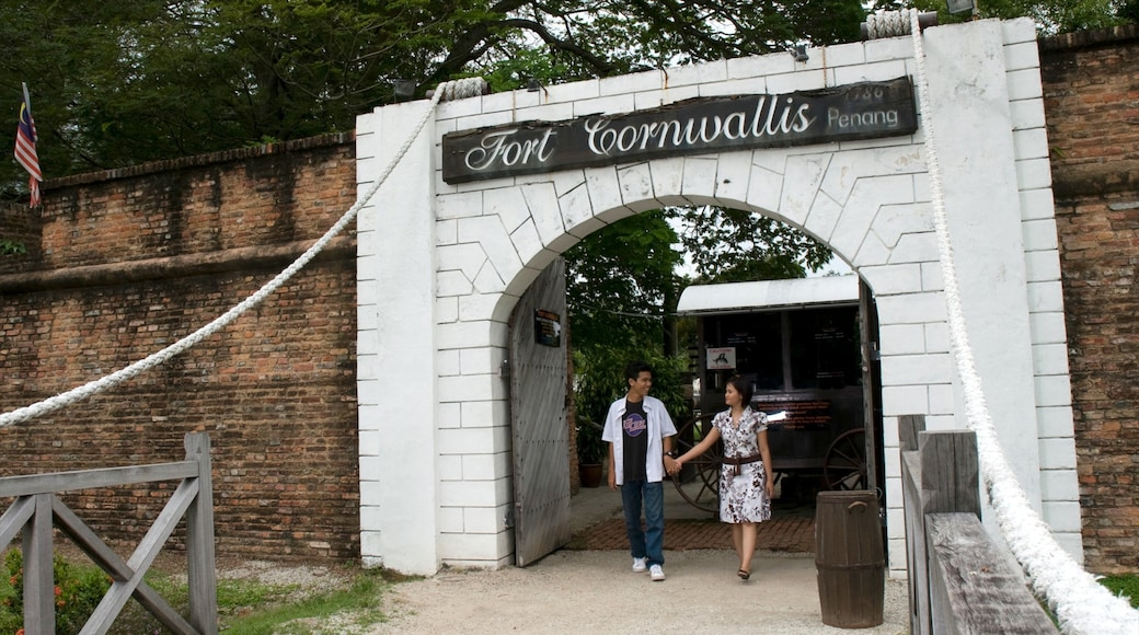 高恩沃利斯要塞 其中包括 指示牌 和 歷史建築 以及 一對夫婦