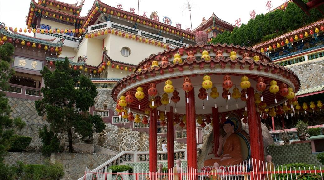 鶴山極樂寺 呈现出 廟宇或禮拜堂 和 歷史建築