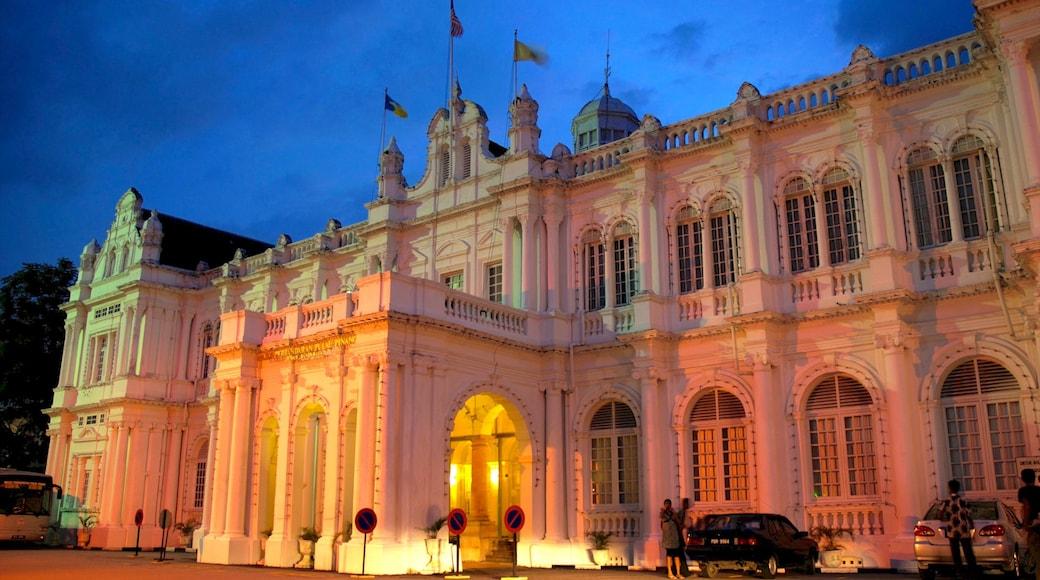 檳城大會堂 呈现出 歷史建築 和 夜景
