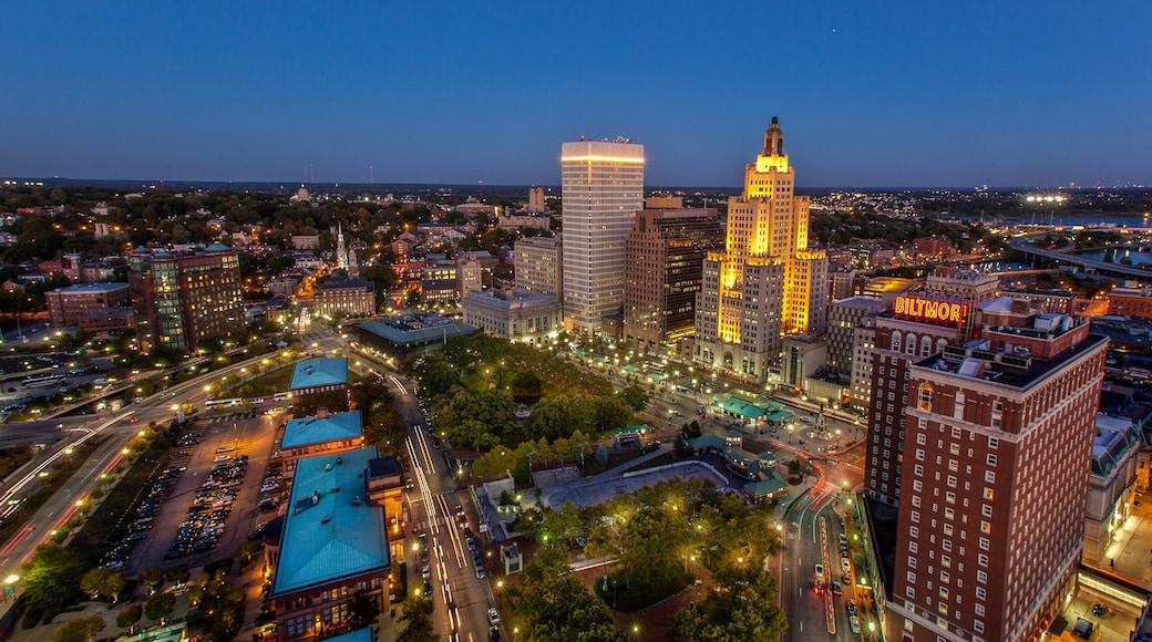 Providence mostrando un rascacielos, centro de negocios y vida nocturna