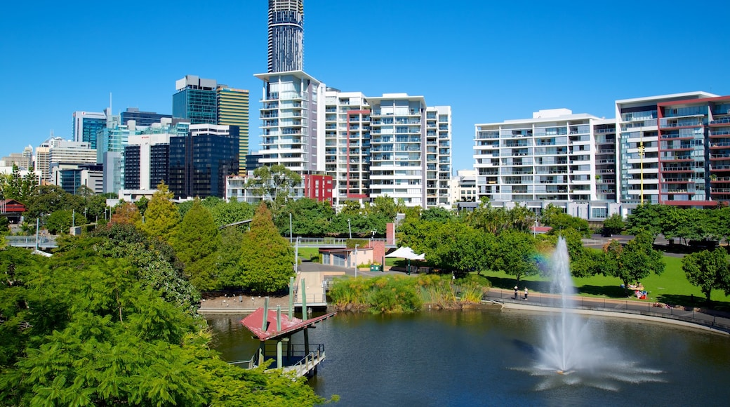 Roma Street Parkland which includes skyline, a fountain and a high-rise building
