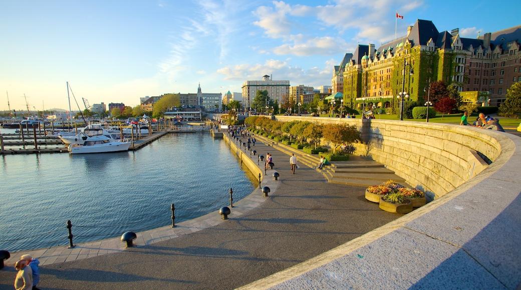 內港 呈现出 海灣或海港, 天際線 和 海邊城市