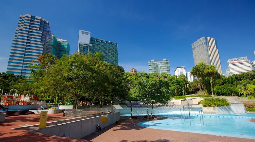 Parc KLCC montrant piscine, ville et parc