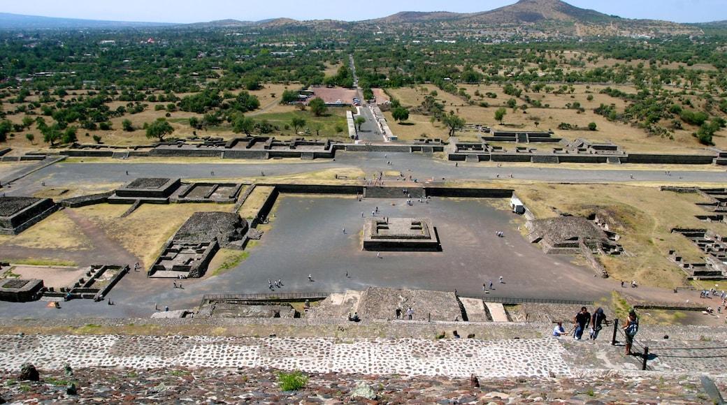 Teotihuacán mostrando ruinas de edificios, vistas de paisajes y vistas al desierto