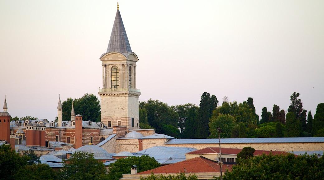 Palácio de Topkapi que inclui arquitetura de patrimônio e um pequeno castelo ou palácio