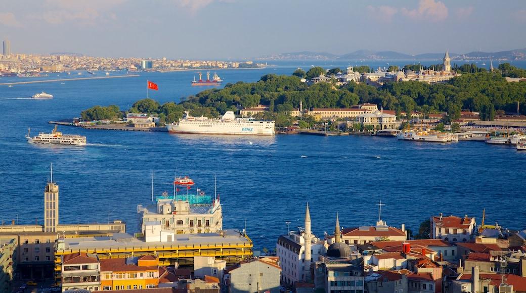 Palácio de Topkapi caracterizando uma baía ou porto, uma cidade e um rio ou córrego