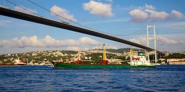 Bosporusbrug toont een rivier of beek, een kuststadje en cruises