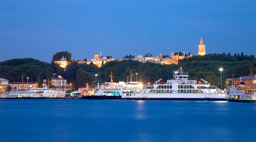 Torre Gálata caracterizando uma baía ou porto, uma balsa e cenas noturnas