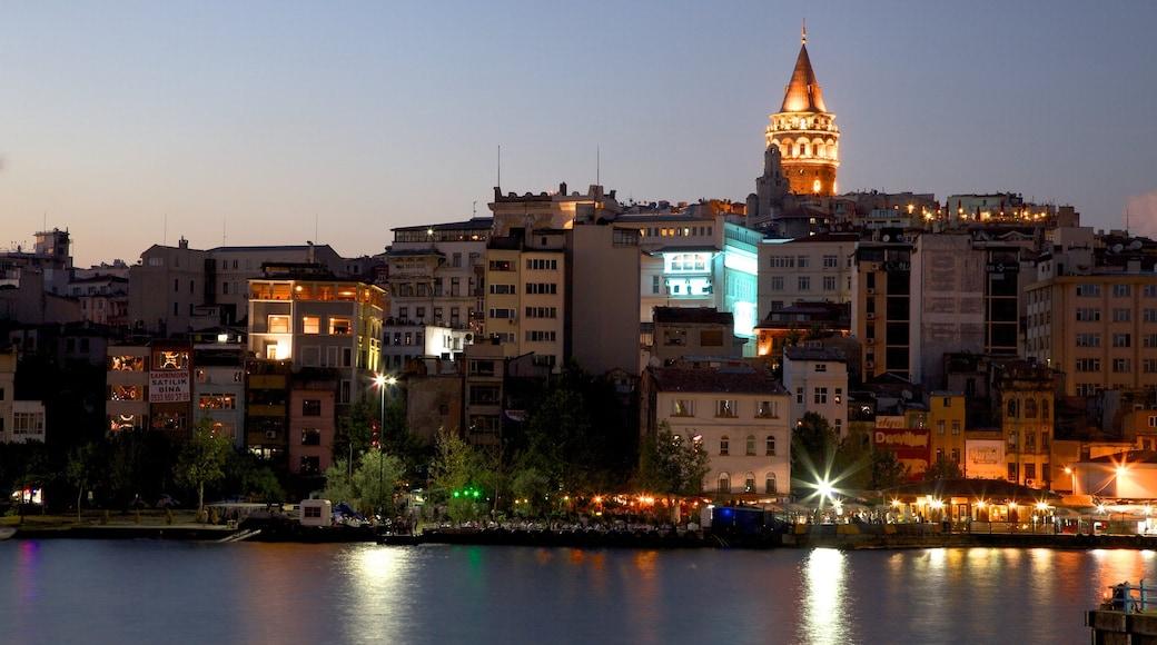 Torre Gálata caracterizando linha do horizonte, uma cidade e cenas noturnas