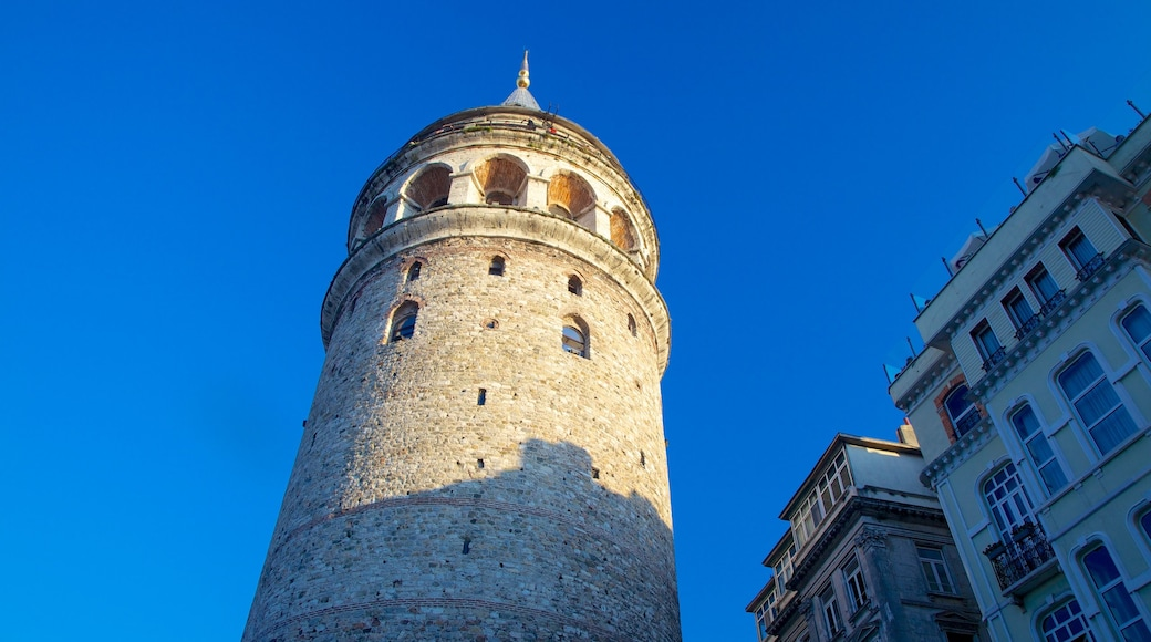 Torre de Gálata mostrando patrimonio de arquitectura y un castillo