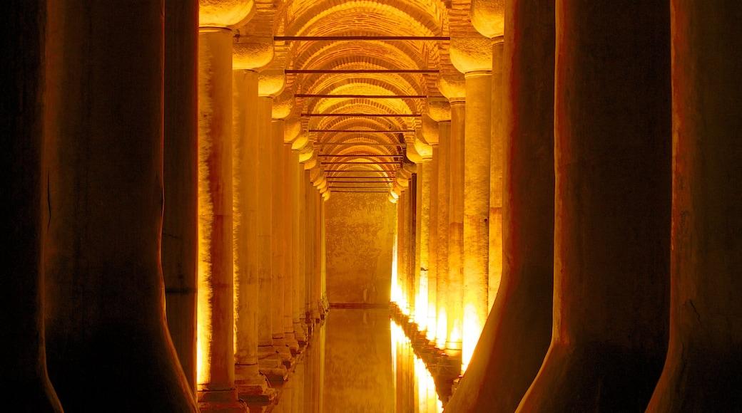 Cisterna de Basílica que inclui vistas internas, aspectos religiosos e uma igreja ou catedral