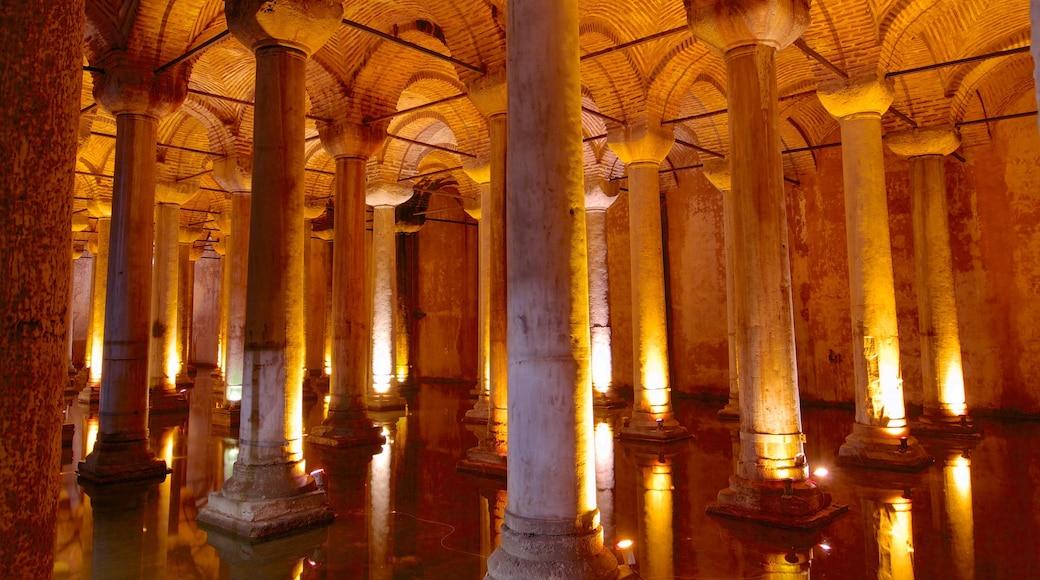 Cisterna de Basílica que inclui elementos religiosos, uma igreja ou catedral e vistas internas