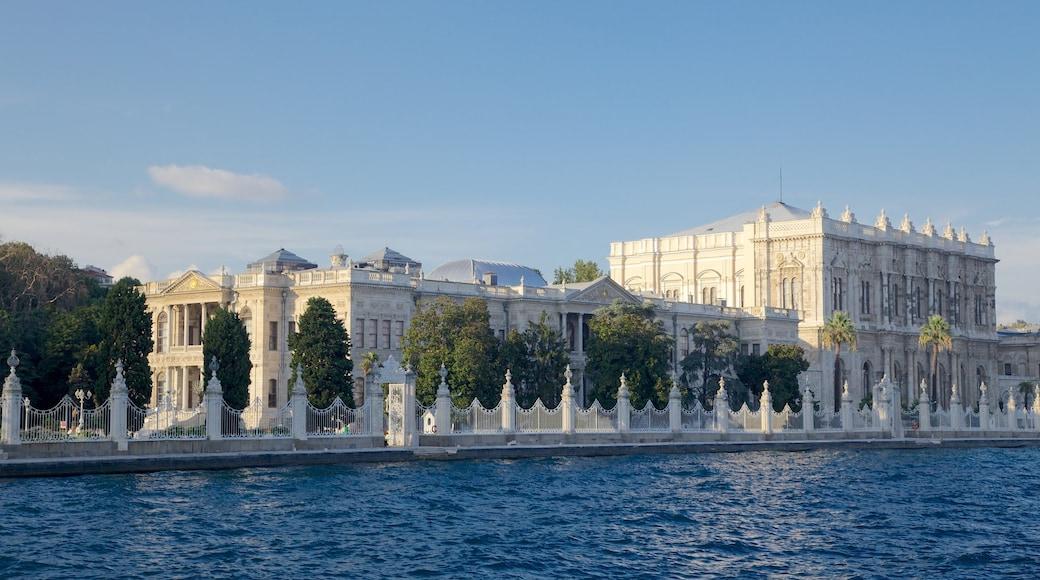 Palacio de Dolmabahçe mostrando castillo o palacio, patrimonio de arquitectura y un río o arroyo