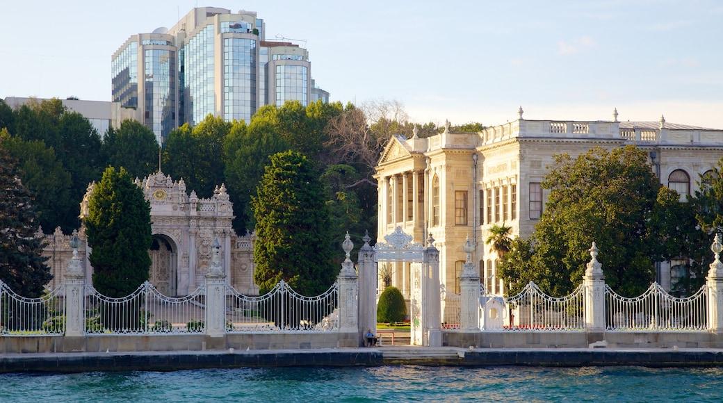 Palacio de Dolmabahçe ofreciendo patrimonio de arquitectura, castillo o palacio y una ciudad