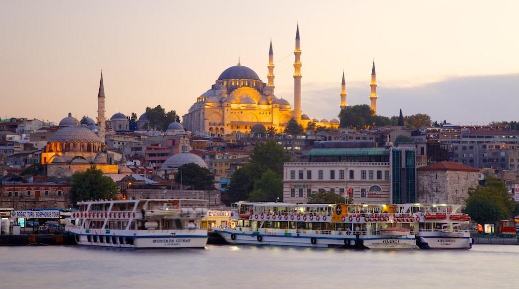 Mesquita de Rüstem Pasha que inclui uma baía ou porto, aspectos religiosos e uma balsa