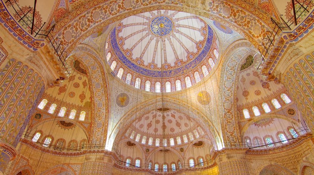 Mesquita Azul mostrando arte, uma mesquita e vistas internas
