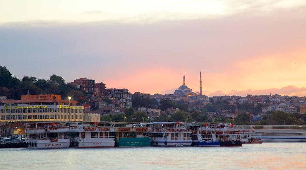 Istanbul mettant en vedette marina, panoramas et vues littorales