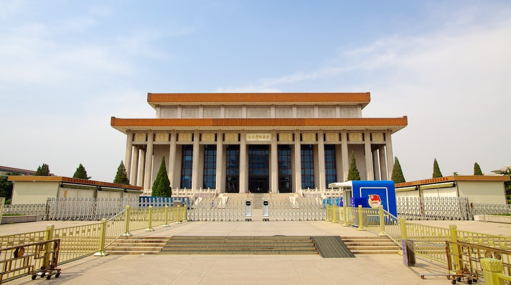 Tiananmen Square showing heritage architecture and an administrative buidling