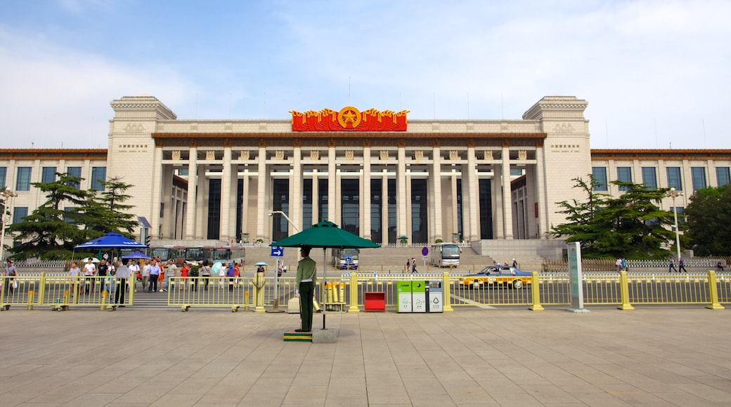 Tiananmen Square showing an administrative buidling, a square or plaza and a city