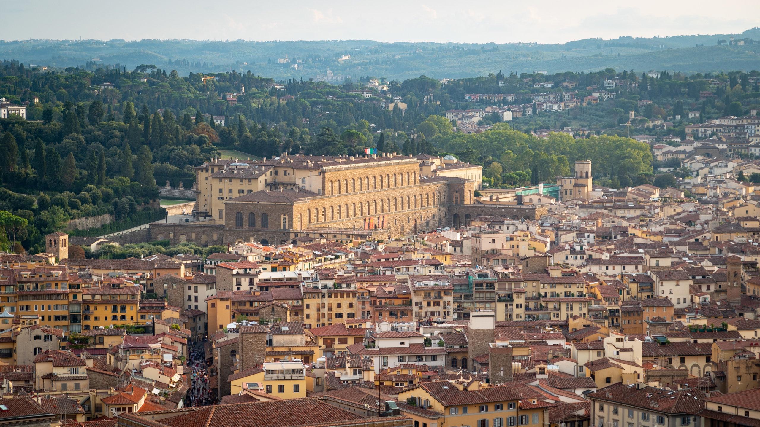 Denne tidligere kongelige boligen viser nå frem de omfattende samlingene til Medici-familien, med syv gallerier som inneholder noen av de flotteste kunstverkene i Firenze.